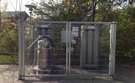 Indhegnet centralgård med flaskebatterier og kryotanke<br />Flaskecentral beskyttet mod vejrlig og alle flaskebatterier / kryotank forsvarligt aflåst.